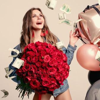 Mujer divertida riendo a carcajadas mientras dinero cayendo