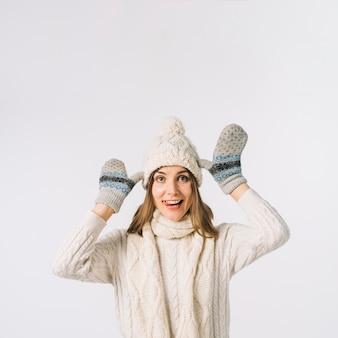 Mujer divertida en ropa de abrigo haciendo muecas para la cámara