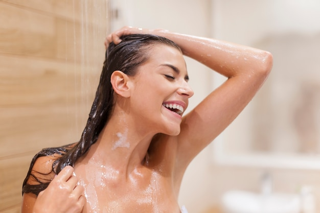 Mujer se divierte bajo la ducha