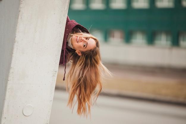 Mujer divirtiéndose en entorno urbano