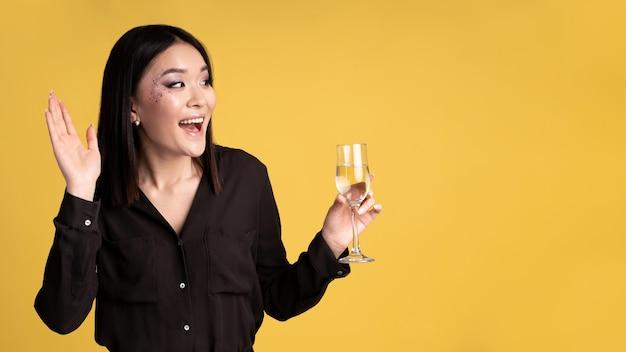 Mujer divirtiéndose en una fiesta