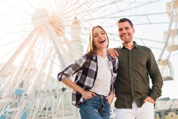 Mujer divirtiéndose con su novio en el parque de diversiones
