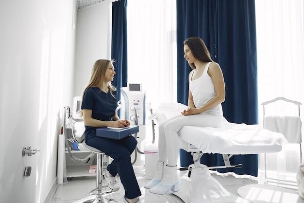 Mujer con un doctor en estudio de cosmetología
