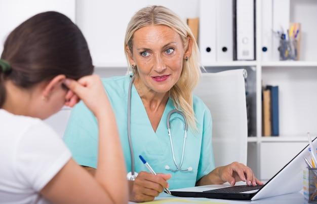 Mujer, doctor, trabajando, paciente, oficina