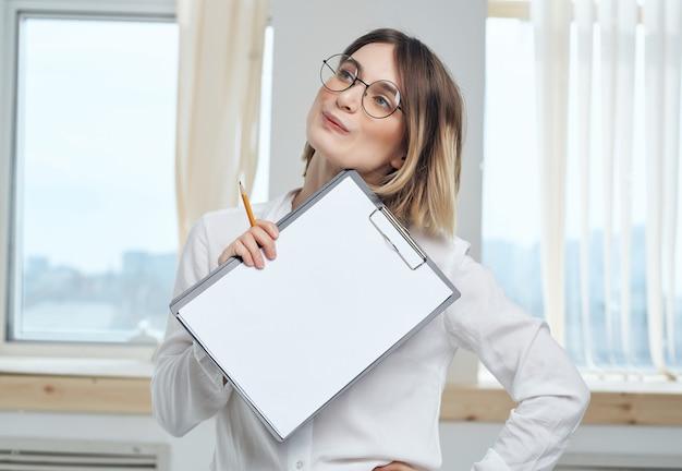 Mujer en documentos de oficina de trabajo de camisa blanca