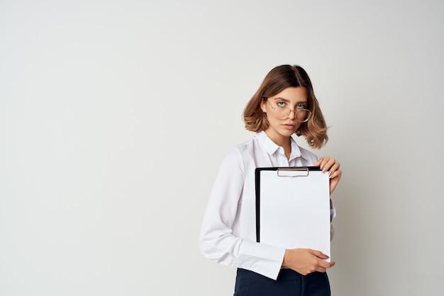 Mujer con documentos de trabajo de gerente de oficina de gafas