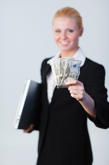 Mujer con dólares y una computadora portátil