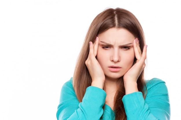 Mujer con dolor de cabeza, migraña, estrés, insomnio, resaca