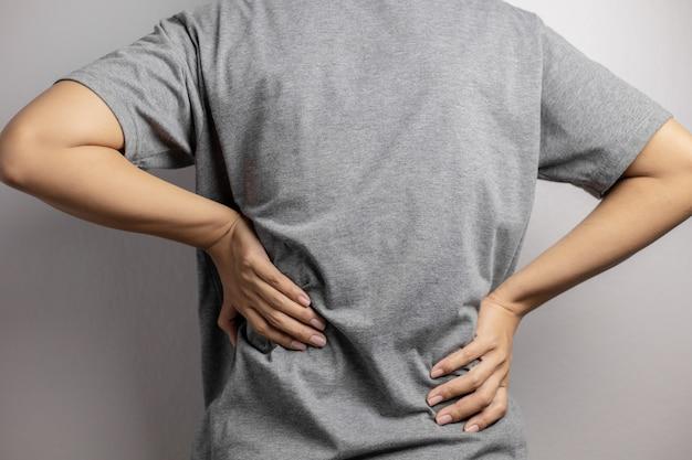 Mujer con dolor en la cintura.