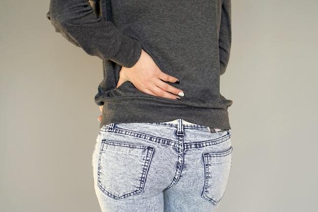 Mujer, dolor en la espalda baja.