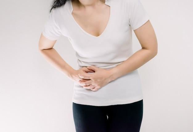 Una mujer con dolor de estómago a la derecha.