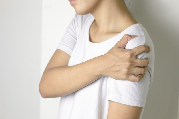 Mujer con dolor en el hombro.