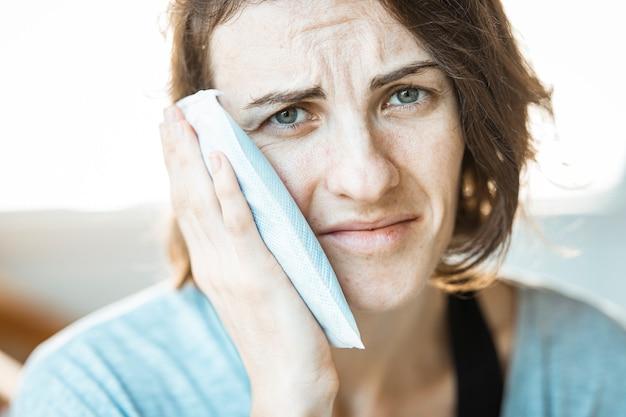 Una mujer con dolor de muelas