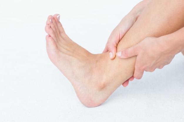 Mujer con dolor de tobillo