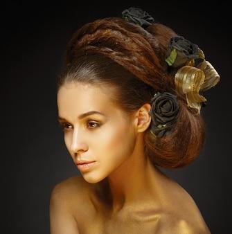 Mujer dorada con un elegante corte de pelo.