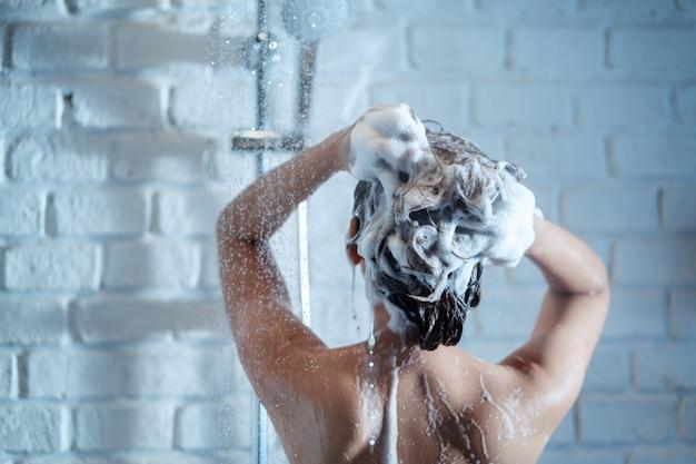 Mujer en el ducha