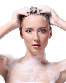 Mujer duchándose con jabón en el cuerpo y la cabeza. concepto de higiene y cuidado de la piel.
