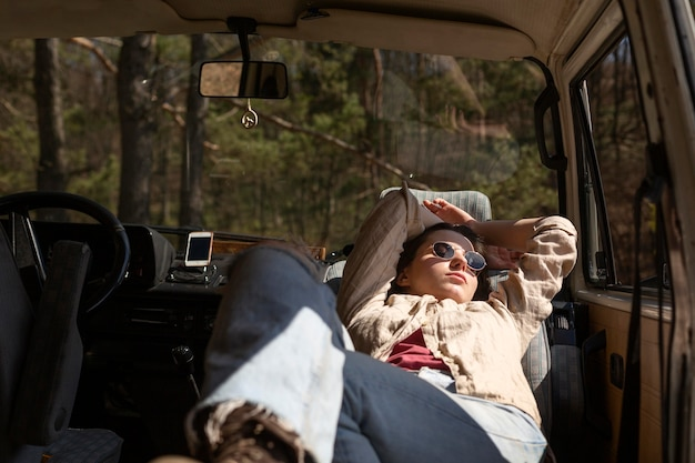 Mujer durmiendo en furgoneta de tiro medio