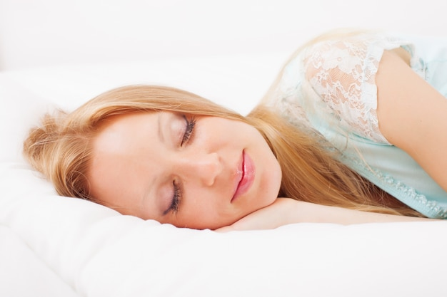 Mujer durmiendo en la hoja blanca