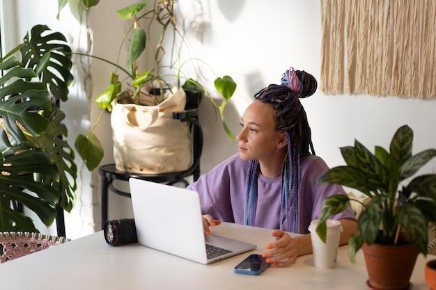 Mujer editando sus fotos de productos