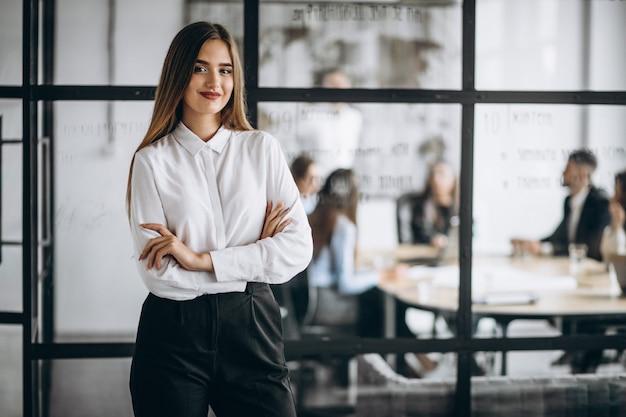 Mujer ejecutiva de negocios en una oficina