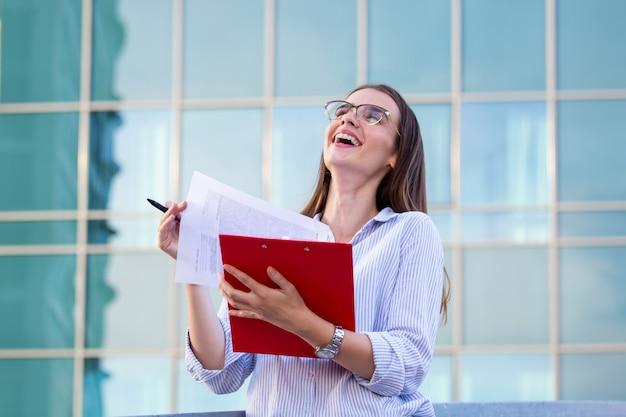 Mujer ejecutiva de negocios con portapapeles