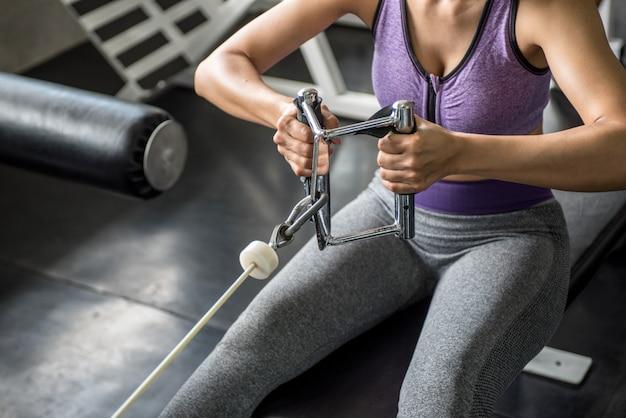 Mujer ejercicio entrenamiento en gimnasio fitness