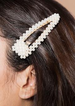 Mujer con elegante accesorio para el cabello