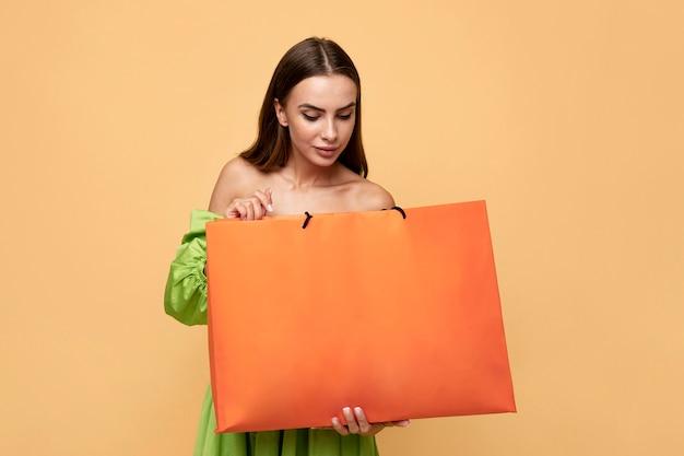 Mujer elegante con bolsas de la compra.