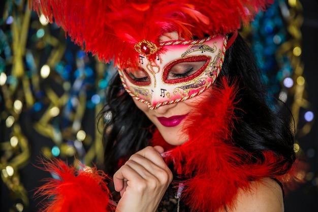 Mujer elegante celebrando el carnaval de venecia