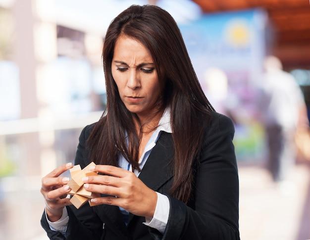 Mujer elegante concentrada en resolver un juego de inteligencia de madera