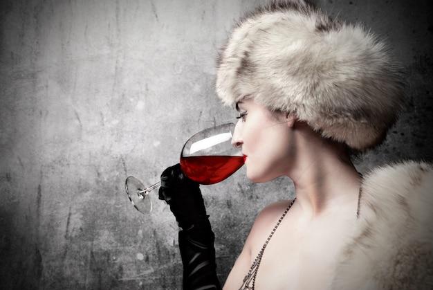 Mujer elegante degustación de vino.