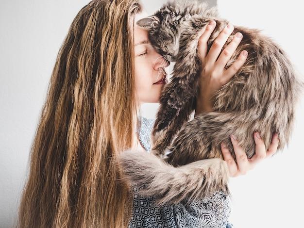 Mujer elegante y gatito esponjoso