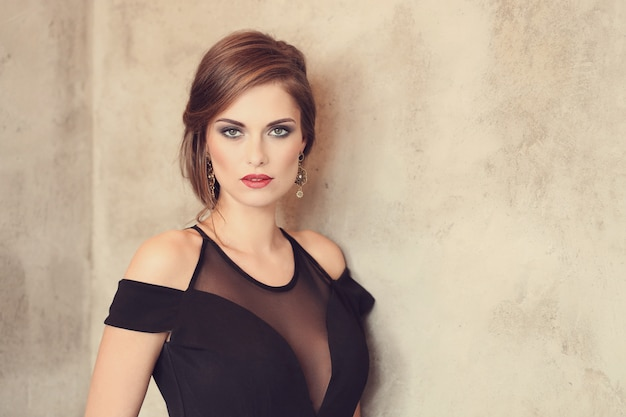 Mujer elegante y glamorosa con maquillaje posando, concepto de moda