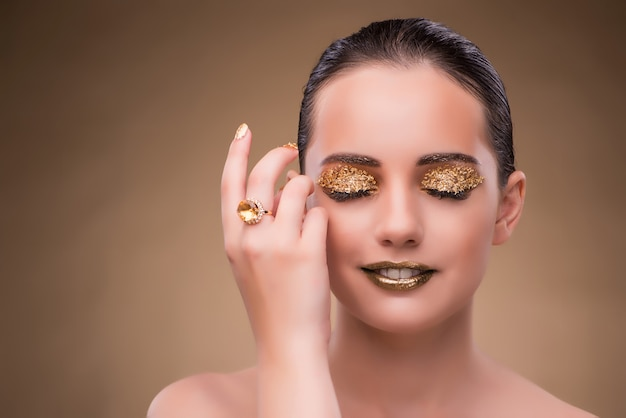 Mujer elegante con joyas en concepto de moda