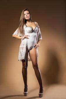 Mujer elegante en lencería