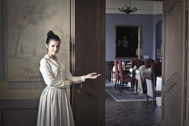 Mujer elegante en un lujoso restaurante.