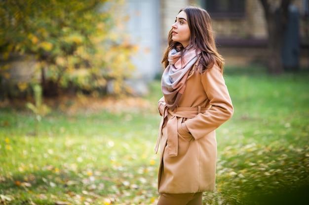 Mujer elegante en el parque otoño