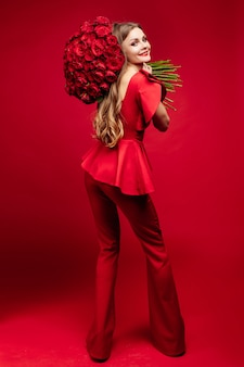 Mujer elegante en ropa roja con flores