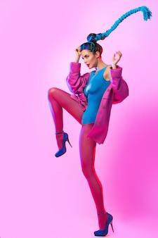 Mujer elegante en ropa rosa y azul