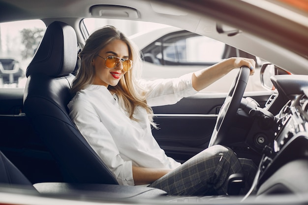 Mujer elegante en un salón de autos