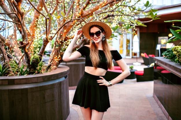 Mujer elegante sexy posando en el hotel de lujo con traje de moda de verano de moda