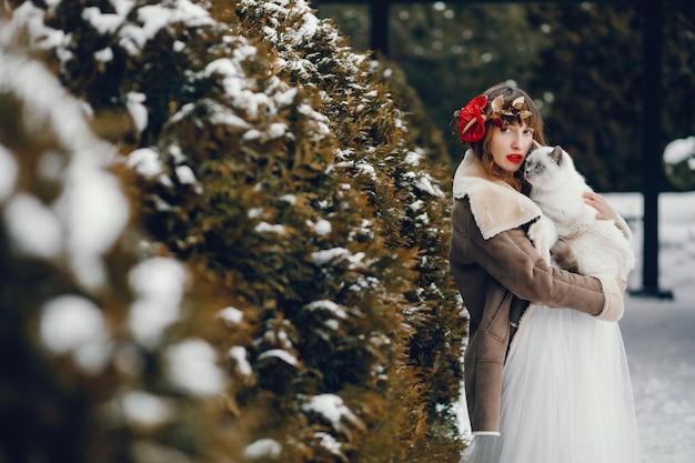 Mujer elegante con un vestido largo blanco.