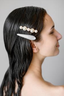 Mujer con elegantes pinzas en el cabello