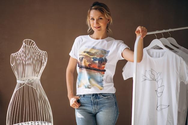 Mujer eligiendo una camisa blanca