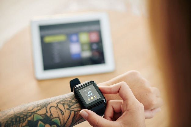 Mujer eligiendo música a través de smartwatch
