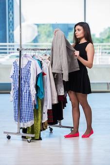 Mujer eligiendo ropa en tienda