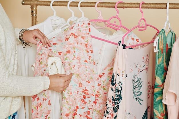 Mujer eligiendo vestido en boutique