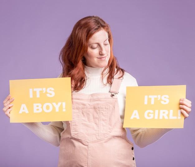 Mujer embarazada busca papel con género de bebé