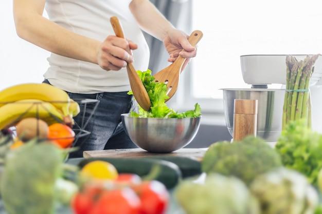 Mujer embarazada cocinar comida sana